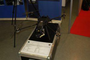 Czarny dron z targów DroneTech